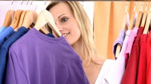 susanstylesyou pretty-woman-selecting-item-in-a-clothes-store